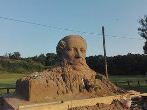 80 tonnás Kossuth szobor készül Tinnyén