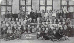 Kesztölci kisiskolások a húszas évek elején