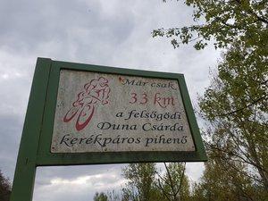 A felsőgödi Dunacsárdát már 33 kilométer távolságból hirdetik
