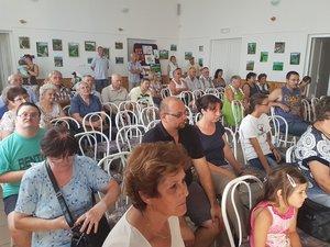 A közönség az esztergomi Musical Akadémia növendékeinek előadását hallgatja