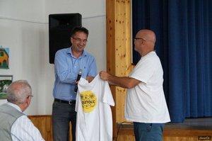 Dr. Völner Pál országgyűlési képviselő átveszi a Kesztölc-pólót Nyírő Andrástól