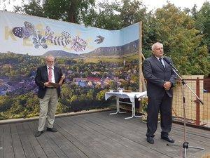 Borsó Tibor, a megyei önkormányzat elnöke köszönti a kesztölcieket