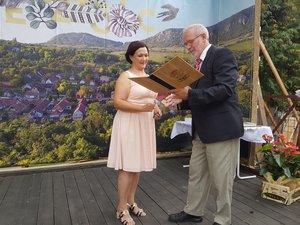 Király Kata átveszi az Év embere kitüntetést Vöröskői István polgármestertől