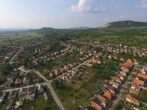 A Csévi út, a buszvég, a Hunyadi és a Rákóczi utca. Távolban látszik a Major utca és az Esztergomi út.