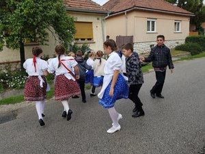 A kesztölci gyerekek tánca a felvonulás egyik megállójában