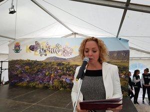 Klinger Ági, a rendezvény főszervezője a mikrofonnál