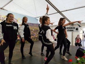 A csévi Kolibri tánccsoportban hat kesztölci lány is táncol