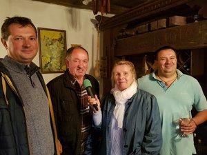A túra végén a Szivek Pincében a stáb megkósolta a kesztölci borokat