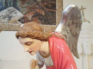 Angyal, faszobor az oltárnál.