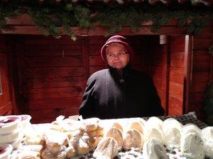 Velmo Kati néni friss snidlinges sajtokat hozott a vásárba
