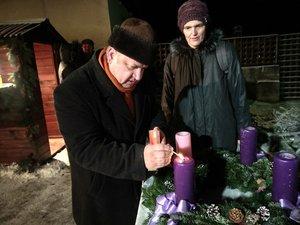 Wieszt Emese és Krázsik Róbert az Egyházközség képviseletében meggyújtották az első adventi gyertyát