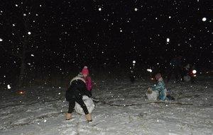 A gyerekek hóembert építettek