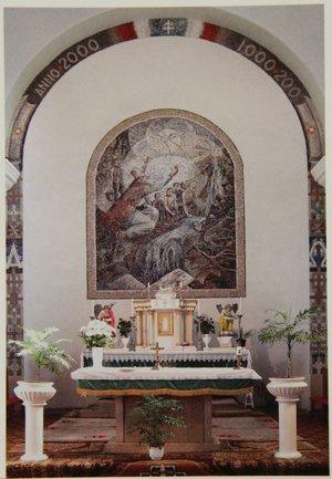 Nyilasi Tibor oltármozaikja a templomban
