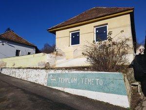 Most a Plébánia melletti épület felújítása következik.