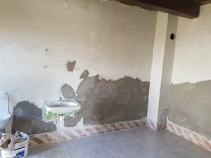 A kis épület falait belülről felújították.