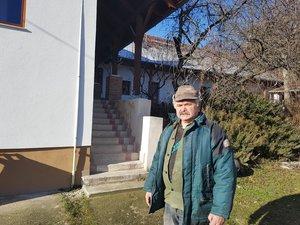 Simonek Antal a Plébánia udvarán