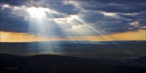 Nap, felhők, dombok