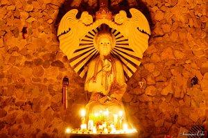 A Boldogasszony szobra, előtte mindig égnek a gyertyák és a mécsesek.