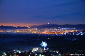 A távolban Buda csúcsai, kilátói és antennái. És a szilveszteri tűzijátékok.