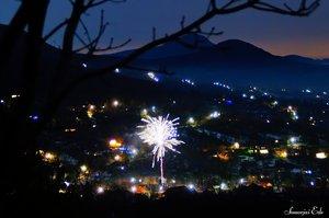 A faluban is sorra repkednek a rakéták még jóval éjfél előtt.