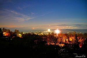 Éjfélkor elindulnak az ünneplők rakétái még a hegyoldalban is.