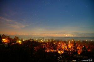 Éjfélkor a távolban látható sok-sok fény mind a köd fölé emelkedő tűzijáték.