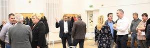 A vendégek az előadások után beszélgetnek