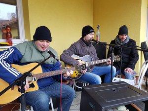 Kara Dávid és barátai szolgáltatták a zenét
