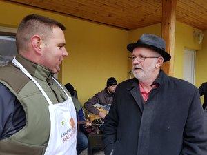 Vöröskői István polgármester Pócsföldi Zoltánnal beszélget