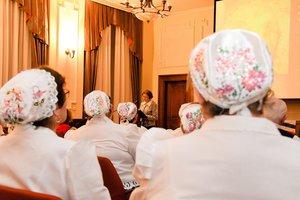 A kesztölci Pávakör tagjai hallgatják az előadást