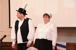 A Kochnyák-házaspár bemutatta a kesztölci népviseletet