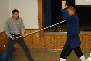 Siska Gábor segít a mesternek, ezt a seprűnyelet a torkának támasztva törte össze Ligeti Ernő