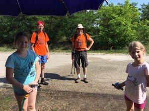 Az Akácos útnál Vajday Adriennék slaggal várták a túrázókat