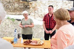 Velmovszki Kati néni elmondta, hogy a múlt héten 150 iskolás látogatott el a tanyájukra
