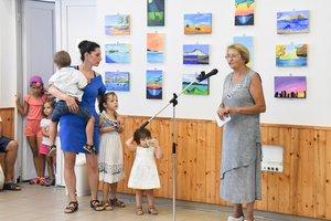 Radovics Istvánné alpolgármester megnyitja a festőtábor kiállítását. Mellette a főszervező, Gyulai Zsuzsa