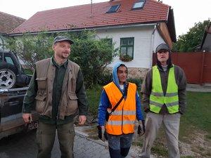 Siska Gáborék fél hétkor gyülekeznek az Önkormányzat előtt. A közmunka program összeszűkült, Gábornak mára két segítője maradt: Burai László és Trgel Kelemen.