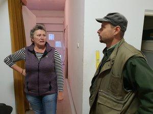Az Önkormányzat épületében Fodor Kriszta műszaki ügyintézővel átnézik az épület felújításával kapcsolatos feladatokat.
