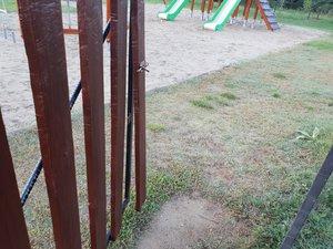 A játszótér állapotáról napi jelentést kell írni. A bejáratot megrongálták, nem lehet zárni az ajtót, a kutyák is bejutnak a játszótérre.