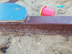 Az építésnél a homokozó alatt kimaradt a vízzáró rész, a keret már korhad, de egyelőre még használható.