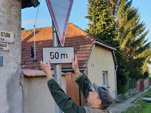 Éjszakai vagyánykodás: elfordítják a közlekedési táblákat. Csak a falugondnoknak adnak vele munkát.