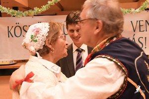 A bál főszervezője, Radovics Istvánné, Panni néni a mocsonoki vendégeket köszönti