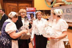 Nagy Mária, a megyei szlovák önkormányzat korábbi elnöke és Radovics Istvánné köszöntik a vendégeket