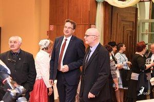 Dr. Völner Pál országgyűlési képviselő érkezik, Simmonek Antal és Nyírő András kísérik a terembe