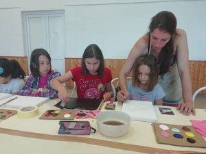 Ügyesen alkotnak a gyerekek a festőtáborban