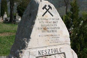 Bányászemlékmű a kesztölci temetőben.